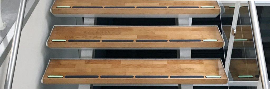 Kombinert etterlysende og taktil merking i trapp